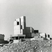 Die Kirche Zur Göttlichen Vorsehung wurde 1968 bis 1971 auf dem steinigen Lechfeld im Südosten von Königsbrunn errichtet und erhielt schnell den Spitznamen Kieswerk. Hier eine Aufnahme aus der letzten Bauphase.  Foto aus dem Stadtarchiv Königsbrunn, Fotograf nicht bekannt
