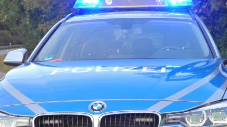 Eine 42-Jährige gerät in Biburg auf die Gegenfahrbahn und streift dort das Auto einer 50-Jährigen.