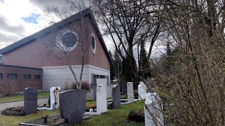 Auf dem Gögginger Friedhof nahm die Familie Abschied von dem 30-Jährigen. Zuvor war die Polizei auf der Trauerfeier in Augsburg-Lechhausen im Einsatz.