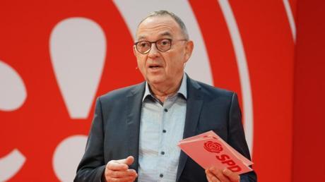 SPD-Chef Norbert Walter-Borjans bezeichnet den aktuellen Armutsbericht als beschämend.
