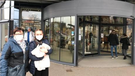 Famillie Ott kam  aus Aichach ins  Friedberger Fachmarktzentrum unterm Berg, um nach dem Lockdown wieder ausgiebgig shoppen zu können. Vor allem Schuh Schmid und Segmüller lockten sie an.