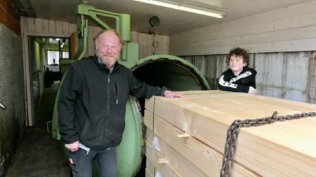 Die nächste Ladung ist bereit für den riesigen Kessel. Stefan Hitzler und Sohn Ulrich sind stolz darauf, dass das Holz aus ihrer Bearbeitung bis in die Karibik reist.