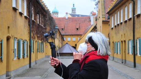 Adriana Hiller-Egner nimmt ihre Gäste mit auf virtuelle Tour durch Augsburg. Die Fuggerei ist einer der Anlaufpunkte für die Stadtführerin.