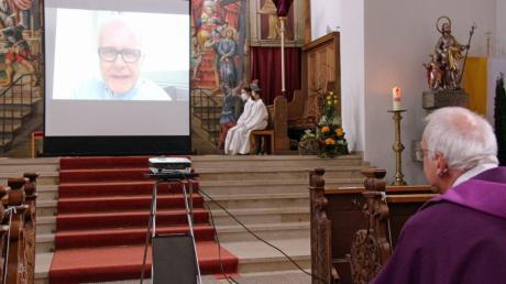 Kabarettist Harald Schmidt schickte dem Dietenheimer Pfarrer eine Videobotschaft.
