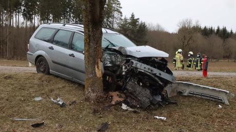 Zwischen Autenried und Biberberg ist ein Autofahrer gegen einen Baum geprallt.