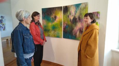 """""""Linie Faden Pinselstrich"""" heißt die neue Ausstellung im Kunstverein Bobingen, in der (von links) Barbara Auer, Conny Kagerer und Ines Roller ihre Arbeiten zeigen."""