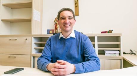 Markus Dörre ist seit dem 15. März der neue Pfarrer in der Pfareiengemeinschaft Gersthofen und freut sich auf seine künftige Tätigkeit in der Ballonstadt. Er ist gerade dabei, sein Büro im Pfarrhaus einzurichten, denn noch sieht es dort sehr leer aus.