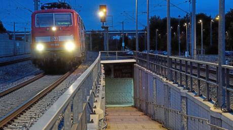 Tausende Pendler fahren täglich vom Meringer Bahnhaltepunkt St. Afra zur Arbeit nach Augsburg oder München. Einen Bushalt gibt es dort nicht.