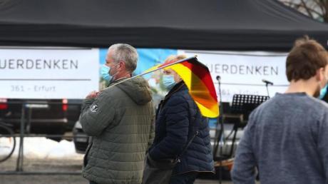 Teilnehmer einer Demonstration gegen die Corona-Maßnahmen in Erfurt auf dem Domplatz.