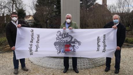 Die Vertreter der Königsbrunner Ortsgruppe der Josefspartei von rechts Ralf Hermann, Heinz Gerstmayr und Manfred Großhardt mit ihrer Josefifahne am derzeit noch eingehausten Josefsbrunnen in Königsbrunn.