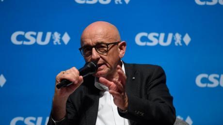 Alfred Sauter hat sämtliche Parteiämter in der CSU niedergelegt, will aber im Landtag bleiben.