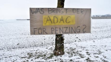 Bürger protestieren anlässlich des Besuches von Verkehrsminister andreas Scheuer am Penzinger Fliegerhorst gegen den ADAC.