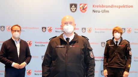 Philipp Merkle (Bildmitte) ist jetzt Kreisbrandmeister in der Kreisbrandinspektion Neu-Ulm. Gemeinsam mit Kreisbrandrat Dr. Bernhard Schmidt (rechts) ernannte Landrat Thorsten Freudenberger (links) den Weißenhorner dazu.