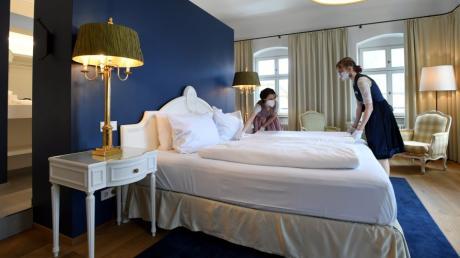 Das Napoleon-Zimmer wäre für Gäste bereit, wie Manuela Schumacher und Lara Pöppel (von links) zeigen.