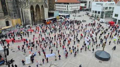 Eine Kundgebung der IG Metall Ulm auf dem Ulmer Münsterplatz am Donnerstag.