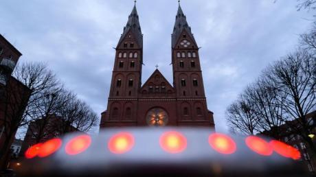Graue Wolken ziehen über den St.-Marien-Dom auf dem Gelände des römisch-katholischen Erzbistums Hamburg. Erzbischof Heße hat dem Papst wegen Pflichtverletzungen bei der Aufarbeitung von Missbrauchsvorwürfen seinen Amtsverzicht angeboten.