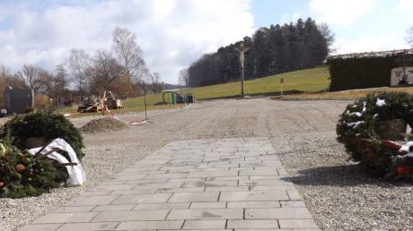 Wo bisher das Kriegerdenkmal in Langenneufnach stand, soll der leere Platz auf dem Friedhof neu gestaltet werden.