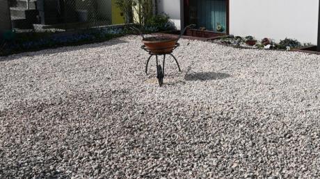 Über die Schönheit von Schottergärten lässt sich streiten, über ihren ökologischen Wert nicht: Der ist erwiesenermaßen schlecht. Darum möchte auch die Stadt Illertissen dagegen künftig vorgehen.