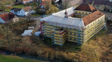 Das Staudenschloss in Mickhausen im Landkreis Augsburg wird derzeit aufwendig saniert.