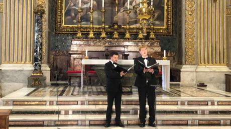 Die Augsburger Tenöre Maximilian Daum (links) und Jonas Wuermeling singen Oster- und Passionslieder im Petersdom.