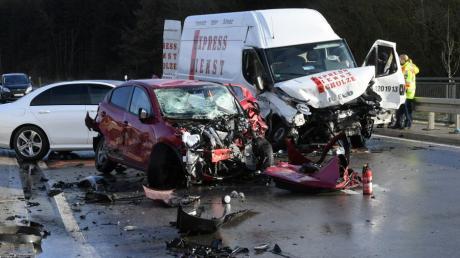 Ein schwerer Unfall mit drei beteiligten Fahrzeugen ereignete sich am Freitagnachmittag zwischen Ehgatten und Welden. EIne Frau kam dabei ums Leben.