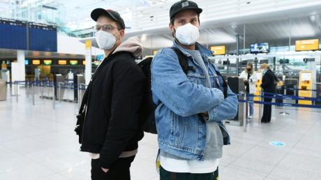 Yannick Steppich (links) und Simon Schörghofer fliegen nach Fuerteventura. Auf der spanischen Insel wollen sie surfen gehen - und im Homeoffice arbeiten.