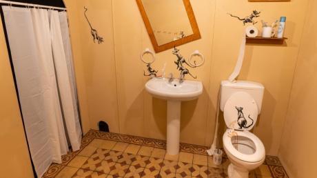 Banksy schätzt Ratten. Hier turnen und pinkeln sie in einer Toilette herum, ein nachgebautes Motiv jetzt in der Münchner Banksy-Schau.