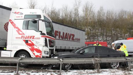 Auf der A9 bei Ingolstadt kam es am Freitag zu einer Massenkarambolage mit 65 beteiligten Fahrzeugen.