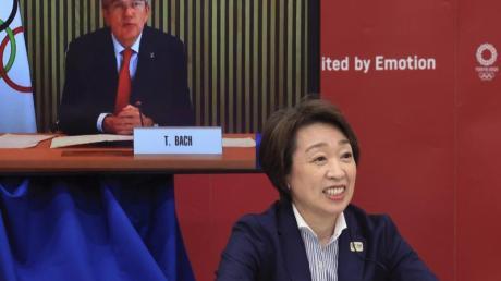 Videokonferenz mit IOC-Präsident Thomas Bach(l, auf dem Monitor) und Seiko Hashimoto, Präsidentin des Organisationskomitees.