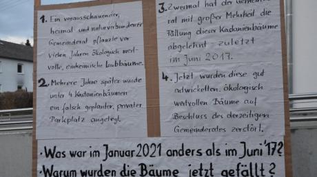 Mit solchen Plakaten konfrontierte ein Bürger die Bellenberger Gemeinderäte vor deren Sitzung.
