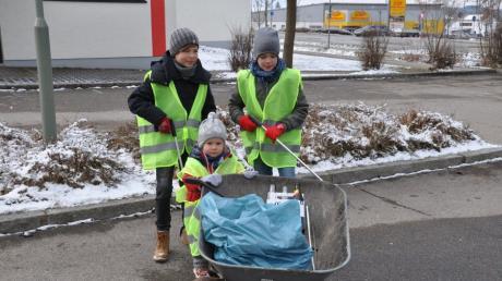 Vor der Rothtalhalle fanden Moritz, rechts und sein Freund Aaron sowie die zweijährige Emma einigen Abfall.