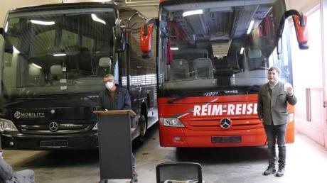 Werner Ziegelmeier und Wolfgang Reim fahren in Zukunft mit ihren Bussen in die gleiche Richtung.