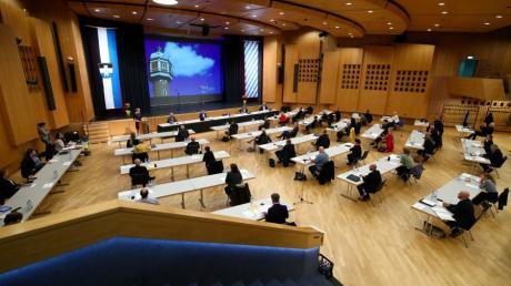 Wer Sitzungen des Neu-Ulmer Stadtrats erleben will, muss weiterhin ins Rathaus oder  – wie seit einigen Monaten  – ins Edwin-Scharff-Haus gehen.