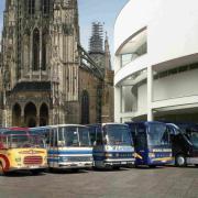 Die fünf Generationen der Setra Kompaktbusse v.l.: Der heute 50 Jahre alte Urahn aller Kompaktbusse, der Setra S 6, ein S 80 Baureihe 100, der S 208 aus der Baureihe 200, der erste Kompaktbus in Hochdecker-Bauweise, ein S 309 HD und der auf Anhieb im Markt erfolgreiche S 411 HD der TopClass 400.