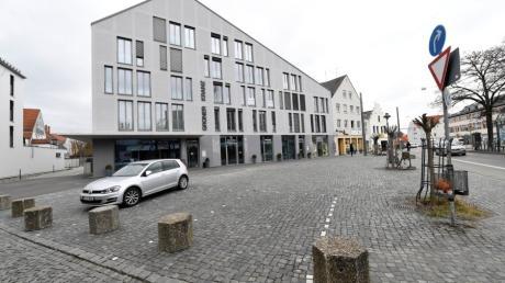 Zwar hat das Tiefbauamt mittlerweile Betonpoller als Barriere aufgestellt, Autos parken jedoch noch immer auf dem Platz vor dem ehemaligen Grünen Kranz.