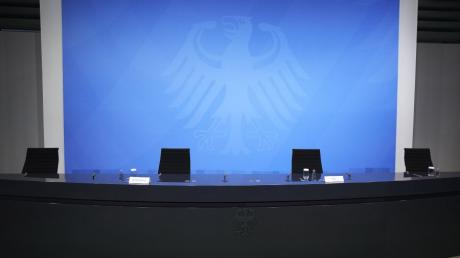 Leere Stühle statt Pressekonferenz: Der Bund-Länder-Gipfel war auch um Mitternacht noch nicht zu Ende.