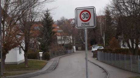 Die Schörrstraße in Walkertshofen wurde in eine Zone 30 umgewandelt und somit gilt nun rechts vor links. Dies sorgt bei manchen Anwohnern für Unmut.