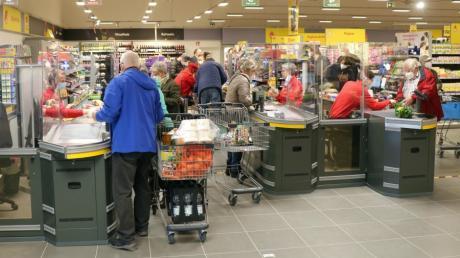 Die Kunden strömten am Dienstag zuhauf in den neuen Netto-Markt in Mühlhausen. Hier eine Aufnahme an den Kassen.