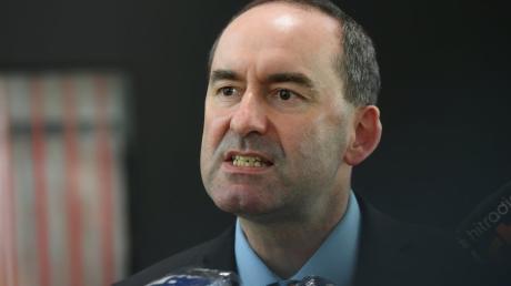 Im Zuge der Masken-Affäre werden auch gegen Bayerns Wirtschaftsminister Hubert Aiwanger Vorwürfe laut.