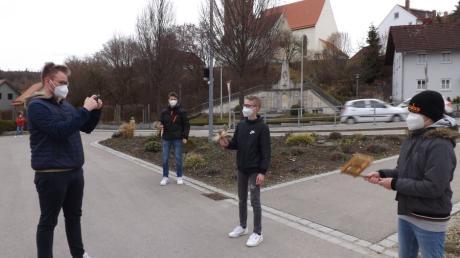 Magnus Kühne (links) filmt die Ministranten beim Rätschen in Walkertshofen. Der Film ist ein Ersatz für die Rätsch-Aktion, die coronabedingt ausfallen muss.