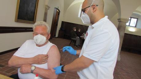 Heinz Horn aus Thierhaupten wird am Mittwoch von einem Mitarbeiter der Firma Ecolog geimpft.