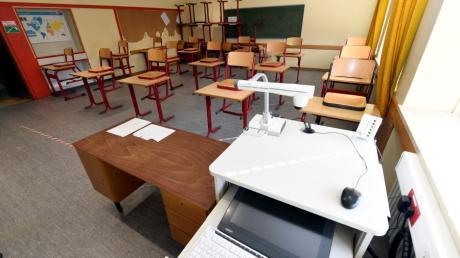 Noch sind viele Klassenzimmer in Augsburg leer. Das könnte sich bei sinkenden Corona-Zahlen aber demnächst ändern.