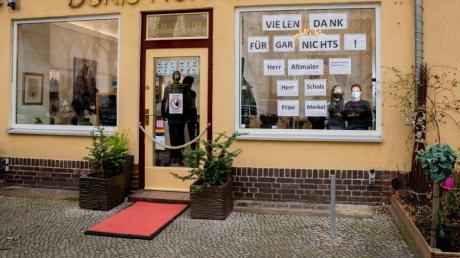 Klare Botschaft: Ein Berliner Friseursalon äußert seinen Unmut über die Regierung ziemlich plakativ.