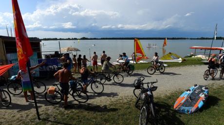 Im Sommer werden trotz Corona wieder die Badegäste zum Mandichosee strömen. Die Gemeinde Merching lässt zurzeit mehr Parkplätze einrichten.