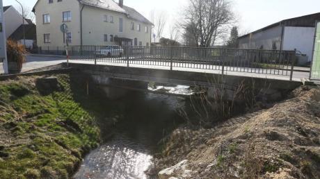 Die Ecknachbrücke in Adelzhausen wird komplett erneuert. Dafür muss die Ortsdurchfahrt ab Montag gesperrt werden.