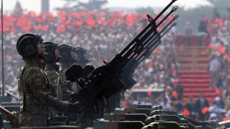 Militärparaden werden in China minutiös inszeniert. Sie sollen zeigen, welch ungeheure militärische Schlagkraft die Volksarmee besitzt.