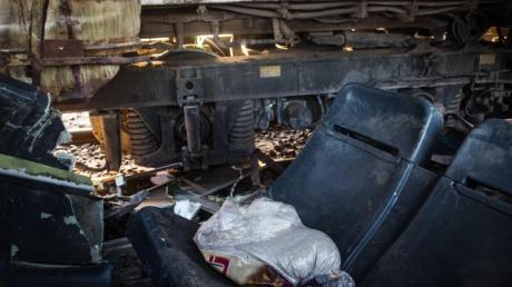 Zwei Sitze liegen auf den Gleisen, nachdem zwei Züge miteinander kollidiert sind. Immer wieder kommt es in Ägypten zu Zugunfällen mit vielen Toten, wie im Februar 2018.