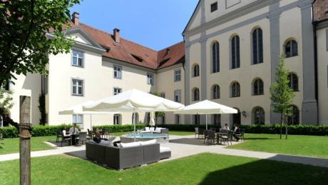 Das Kloster Holzen ist der ehemalige Besitzer von Allmannshofen. Heute ist es ein Wahrzeichen der Gemeinde - und ein Hotel.