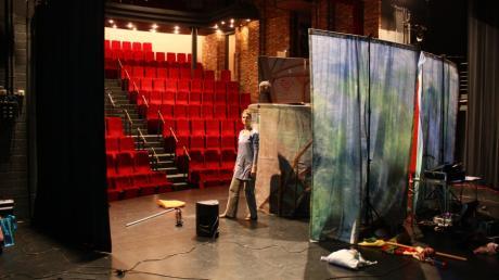 Franka Kilger beim Aufbau im Theater Papenburg Puppenspieler Andreas und Franka Kilger Theater KnuTh