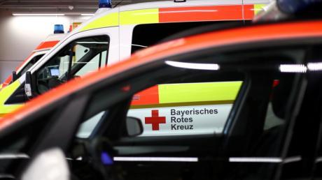Zwei Notärzte und mehrere Sanitäter hatten sich in Dillingen bemüht, das Leben des bewusstlosen Dreijährigen zu retten. Der Bub starb später in der Kinderklinik in Augsburg. Jetzt verurteilte das Augsburger Landgericht den 24-Jährigen, der das Kind beaufsichtigt hatte und mit zwei Faustschlägen tödlich verletzt haben soll, zu einer Freiheitsstrafe.